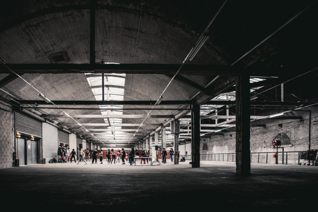 Halle B de la Gare Saint Sauveur, un groupe de personnes dansent à l'atelier hip-hop animé par Solen Athanassopoulos